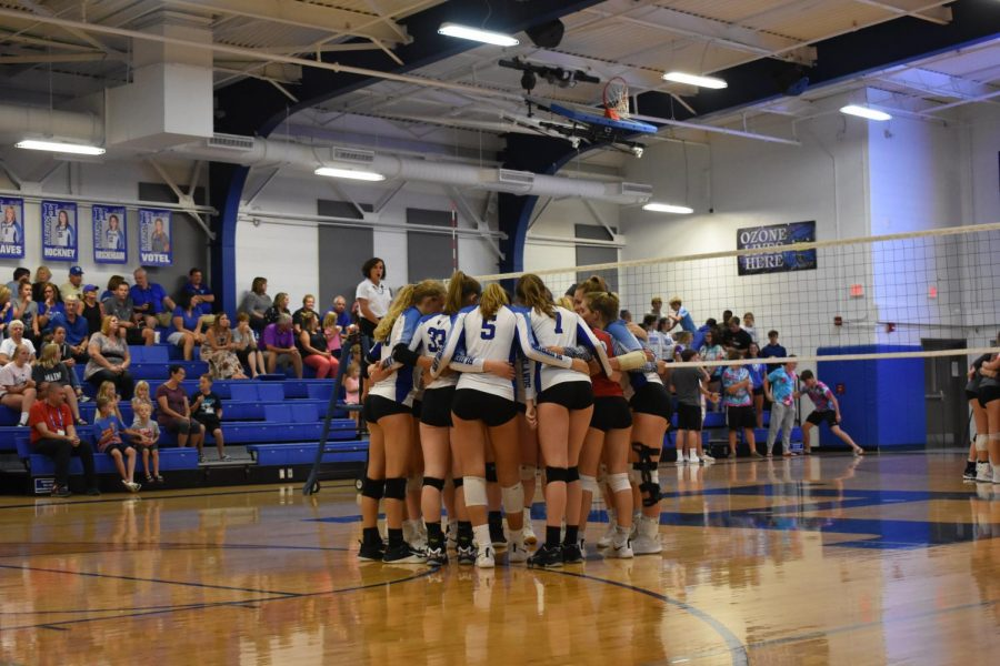 The+Highlands+girls+varsity+volleyball+team+huddles+up+before+the+start+of+the+game.