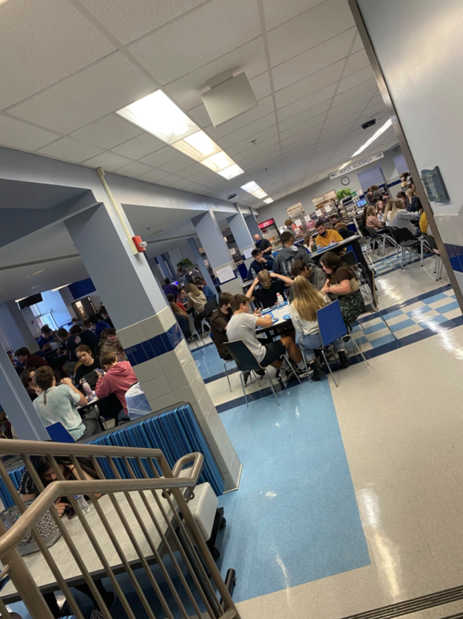 Photo+Taken+By+Grayson+Thomas.+Caption+For+Photo%2C+The+crowded+cafeteria+is+now+the+only+room+for+students+to+eat+in%2C+instead+of+the+policy+of+the+cafeteria+and+gym+being+eating+areas+from+the+2020-2021+school+year.+